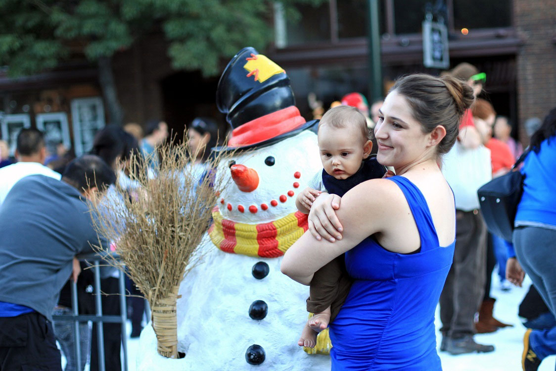 Family in snow, Old Pasadena, OPMD, Home For The Holidays, Holly Street, One Colorado